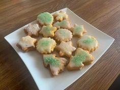 Butterkekse mit Zitronenglasur und Zuckerperlen   koche.at Butter, Sugar, Cookies, Ethnic Recipes, Desserts, Food, Sheet Pan, Play Dough, Postres