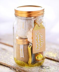 are you looking for the perfect personalized DIY gift in Mason Jars? Here are 21 best DIY Gifts In a Jar you should try to make and give it to your loved one. Caramel Apple In A Jar This caramel apple in a jar is perfect for fall, It can be given as a… Diy Gifts In A Jar, Easy Diy Gifts, Mason Jar Gifts, Mason Jar Candles, Mason Jar Diy, Gift Jars, Spa In A Jar, Christmas Mason Jars, Diy Christmas Gifts