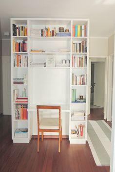 Biblioteca a medida con escritorio incorporado.