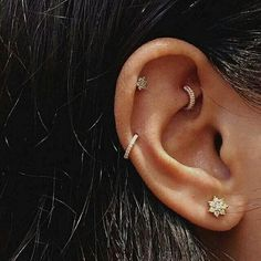 ear 15 Piercings na Orelha para inspirar . 15 Piercings na Orelha para inspirar Mais Piercing Oreille Cartilage, Innenohr Piercing, Tattoo Und Piercing, Rook Piercing Jewelry, Upper Ear Piercing, Double Piercing, Cartilage Hoop, Different Ear Piercings, Ear Piercings