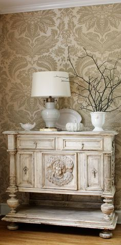 Beautiful entry piece...lovely vignette.