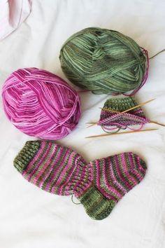 Lempipäiväni -tänään.: Puikkoihastusta ensihipelöinnillä! Knitting Socks, Baby Knitting, Knitted Hats, Knit Socks, Cool Socks, Awesome Socks, Boot Cuffs, Fun Projects, Mittens