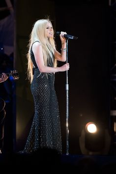 Avril Lavigne takes the stage for her first performance in over a year at the 2015 Special Olympics! | toofab.com