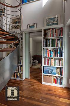 Integriert in die Bücherregale zu beiden Seiten ist diese Schiebetür ein Raumtrenner zum Wohnzimmer Loft, Furniture, Home Decor, Divider, Living Room, House, Decoration Home, Room Decor, Lofts