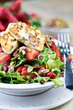 Grilled halloumi is amazing, yum! Strawberry and Arugula Salad with Grilled Halloumi and Pistachio Crunch Grilled Halloumi, Grilled Fish, Clean Eating, Healthy Eating, Arugula Salad, Cooking Recipes, Healthy Recipes, Brunch, Gastronomia
