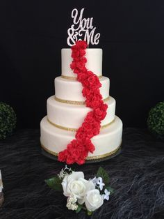 Cascade de fleurs modelées en pâte à sucre