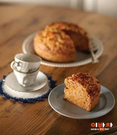 영국 사람들이 후식으로 즐겨 먹는 당근케이크. 쫀득한 케이크 속에 굵게 다진 당근을 아주 듬뿍 넣었어요. 당근을 싫어하던 사람도 이렇게 만들어주면 그 매력에 흠뻑 빠진답니다. 건강에도 좋지만 정말 맛있으니 꼭 한번 만들어보세요!재료(지름 18cm X 1판 분량) 필수 재료 당근(1/2개=150g), 박력분(2 1/3컵=250g), 베이킹파우더(0.5), Food Plating, Banana Bread, French Toast, Muffin, Food And Drink, Baking, Breakfast, Desserts, Cakes