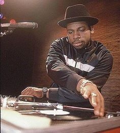 OTD in Jam Master Jay was shot and killed in Jamaica, Queens, NYC. Jay was an absolute legend, laying down the sound that brought hip-hop music to the mainstream masses. RUN DMC was rap's first superstars and Jay will always be seen as a pioneer! Mode Hip Hop, Hip Hop And R&b, Hip Hop Rap, Run Dmc, Hip Hop Artists, Music Artists, Jam Master Jay, Love And Hip, Old School Music