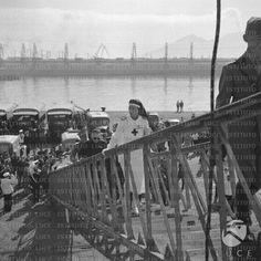 Maria Josè del Belgio in tenuta da crocerossina sale sulla scaletta della Nave Ospedale California seguita da un gruppo di autorità civili e militari  RG/RG099/RG00003658.JPG