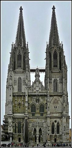 Der Regensburger Dom (auch: Kathedrale St. Peter) ist die bedeutendste Kirche der Stadt Regensburg und Kathedrale des Bistums Regensburg. Die Kirche ist ein Hauptwerk der gotischen Architektur in Süddeutschland. Die 105 Meter hohen Türme sind aus dieser Sicht äußerst beeindruckend. 13.09.2010 (Jeanny)