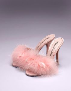 Loleata Mules - The classic AP boudoir mule has been updated with a whimsical 10.5cm flared Louis heel, a full vamp of flirtatious marabou and a silk lingerie bow. Also featuring the signature scalloped-lace insole and lining in blush-pink kid skin and blush-pink anti-skid nubuk leather sole. In pink imperial silk satin, 100% made in Italy.