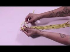 To DIY For - How to make a macramé pot holder - video with PDF instructions Macrame Knots, Micro Macrame, Macrame Art, Macrame Bracelets, Macrame Projects, Crafty Projects, Macrame Tutorial, Diy Tutorial, Diy Macramé Suspension