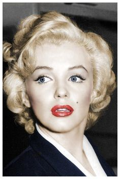 MARILYN MONROE'S BEAUTY SECRETS: And A Few How Too's Tip #1: Setting the Base  When it came to foundation, Marilyn didn't wear that much ac...