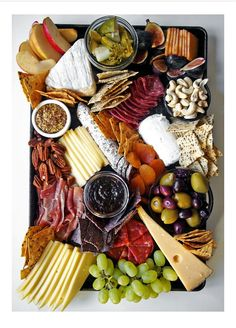 How to arranging the perfect cheese board—it is more simple than you might think. For a stunning charcuterie, fruit, and cheese plate, you just need a few staples. Plateau Charcuterie, Charcuterie Platter, Antipasto Platter, Antipasta Platter Ideas, Charcuterie Cheese, Meat Platter, Antipasti Board, Tapas Platter, Charcuterie Ideas