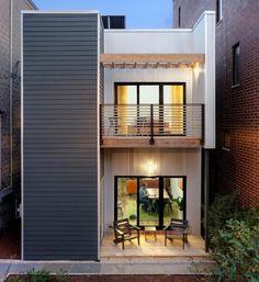 kleiner Balkon mit zwei Stühlen und Metall-Holz-Geländern