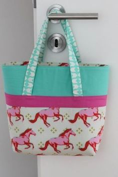 """Seit Monaten nähe ich kleine Taschen für die Mädels um mich herum. Die Idee dazu kam vom amerikanischen Blog """"My Cotton Creations"""". Den Schnitt habe ich damals für eine zweite Tasche in den Abmessu..."""