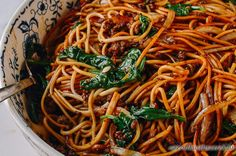Wok, Japchae, Noodles, Delish, Spaghetti, Dinner Recipes, Food And Drink, Bacon, Ethnic Recipes