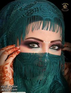 ♥ Narrow the universe in my eyes and see you in my imagination . Beautiful Muslim Women, Beautiful Girl Image, Beautiful Hijab, Beautiful Eyes, Amazing Eyes, Arabian Eyes, Arabian Nights, Arabian Beauty Women, Actrices Sexy