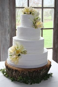 love the wood cake stand! This cake would be great for an outside wedding theme!