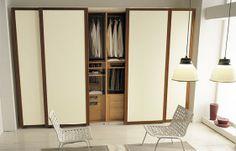 Este armario es para el dormitorio. Es de madera de pino y las puertas son de color beige. Tiene 4 puertas correderas. El interior está muy bien organizado. Es muy grande y puede contener muchas ropas. Es ideal para mí.