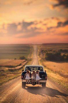 One of The BEST things about the country. Riding in the back of a pickup down a dusty road! Country Life, Country Girls, Country Living, Country Style, Country Roads, Country Charm, Esprit Country, Vie Simple, On The Road Again