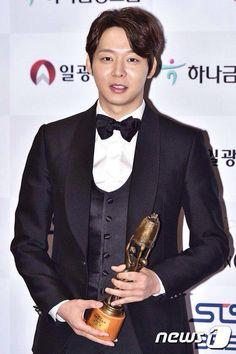 "21November2014 Park Yuchun Wins ""Best New Male Actor"" Award at the 51st Daejong Film Festival"
