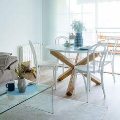 Mesa redonda de comedor con sobre de DM lacado en blanco mate y soporte de roble macizo acabado natural. Sus dimensiones, 120 cm de diámetro, la hacen perfecta para tu comedor o cocina.