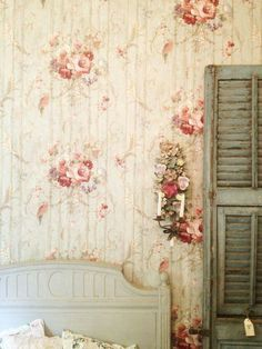 I am not normally crazy about wall paper but this is gorgeous! So SHABBY CHIC Cottage Chic, Romantic Cottage, Rose Cottage, Shabby Cottage, Cottage Style, Romantic Roses, Shabby Chic Bedrooms, Bedroom Vintage, Shabby Chic Style