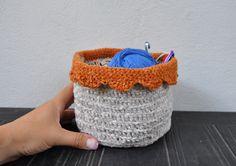 soffice contenitore in ciniglia arancione e beige,colore a vostra scelta,regalo unico,eco-friendly,coprivaso,lavorato ad uncinetto di AlwaysLoveAffairsNr2 su Etsy
