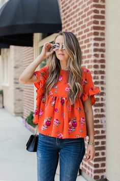 Floral blouse outfit, floral tops, floral shirts, fashion and beauty tips, shirt Stylish Summer Outfits, Spring Outfits, Casual Outfits, Outfit Summer, Casual Summer, Floral Blouse Outfit, Mode Outfits, Fashion Outfits, Dress Fashion