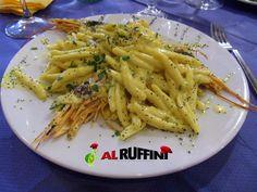 Busiate Ruffini: pasta casereccia con gamberoni, gamberetti, curcuma e semi di papavero.