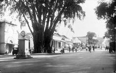 Hoofdstraat Malioboro (met klok), Djogja. 1900-1940 Old Pictures, Old Photos, Dutch East Indies, Semarang, Yogyakarta, Street View, History, City, Outdoor