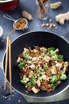 Nouilles Soba sautées au poulet, brocoli, gingembre et noix de cajou