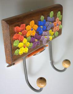 Um verdadeiro jardim de flores coloridas e alegres dentro do seu lar.  É esse sentimento que esse cabideiro em madeira maciça irá transmitir ao ser utilizado em sua casa para organizar diversos objetos.  Ele pode ser utilizado na entrada da sua casa para que você possa colocar a sua bolsa do dia-...