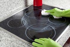 Πώς να καθαρίσετε πανεύκολα την κεραμική εστία - Μαζί και τα σημάδια από καμένα λίπη Glass Ceramic, New Tricks, Plastic Cutting Board, How To Memorize Things, Cleaning, Ceramics, Diy, Home, Bricolage