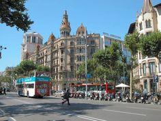 El centro de Barcelona. Hay muchas tiendas y restaurantes.