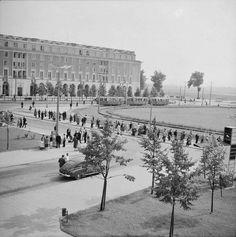 Centralny, połowa lat XX w. Polish People, Socialist Realism, Ppr, Krakow, Planet Earth, Old Photos, Paris Skyline, City Photo, Maine