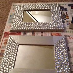 I've been spotting some fantastic DIY vanity mirror recently. Here are 17 ideas of DIY vanity mirror to beautify your room. Pot Mason Diy, Mason Jar Crafts, Mur Diy, Diy Vanity Mirror, Mirror Makeover, Dyi Mirror Frame, Wall Mirrors, Diy Y Manualidades, Dollar Store Crafts