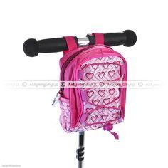 Zapinana na suwak, różowa torebka Scootrix na hulajnogę to niezbędny ekwipunek każdego AktywnegoSmyka, który wybiera się na hulajnogową przejażdżkę. Bez problemu zmieszczą się w niej paczka chusteczek, ukochana lala lub samochodzik, kanapka lub batonik energetyczny i parę innych, niezbędnych drobiazgów, bez których nie można ruszyć się z domu ;-) Backpacks, Bags, Fashion, Handbags, Moda, Fashion Styles, Backpack, Fashion Illustrations, Backpacker