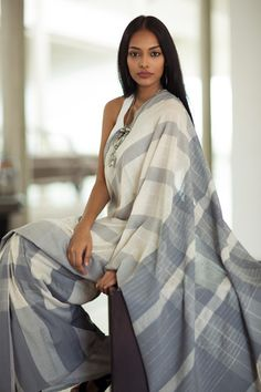 Get the ultimate guide on how to create your own designer saree blouses, with all the tops you have in your closet. Get the latest on saree drapes and new styles. All images belong to their respective owners, contact us for a credit saree Indian Attire, Indian Outfits, Indian Wear, Indian Beauty Saree, Indian Sarees, Ethnic Fashion, Indian Fashion, Women's Fashion, Saree Dress