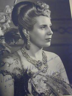 Eva Perón, clienta de Van Cleef - Blogs lanacion.com Gaucho, President Of Argentina, Tiaras And Crowns, Perfect Woman, Queen, Diana, Hollywood, Actresses, Lady