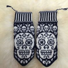 Calaveritas by JennyPenny Sweden AB Knitted Mittens Pattern, Crochet Gloves, Knit Mittens, Knitting Socks, Knitted Hats, Wrist Warmers, Hand Warmers, Knitting Charts, Knitting Patterns