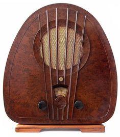Art Deco Philips Bakelite Radio - 1933 - Made in Holland - Art Deco Furniture - Photo by Gerson Lessa - https://www.flickr.com/photos/galessa/409345118/in/photostream/ #artdecofurniture