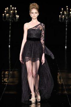 Vestido longo transparente, com tule de poá preto e saia curta por baixo no desfile da Bianca Marques no Fashion Rio Inverno 2012.