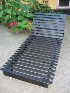 Liggestol af sengelameller og genbrugstræ / sunbed made of bed slats and scrap wood – amateurartisans Resin Patio Furniture, Coaster Fine Furniture, Diy Outdoor Furniture, Garden Furniture, Outdoor Decor, Furniture Ideas, Antique Furniture, Modern Furniture, Furniture Layout