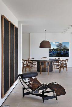 FV House in Londrina by Studio Guilherme Torres, Brazil Home Deco Furniture, Classic Furniture, Furniture Design, Inside A House, Home Studio, Interiores Design, Decor Interior Design, Chair Design, Family Room