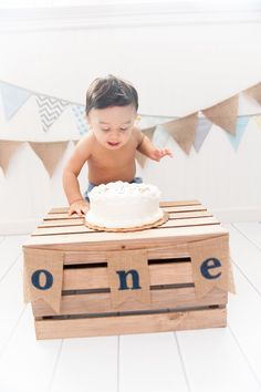 Baby's first birthday - Rustic cake smash photoshoot. Baby Cake Smash, 1st Birthday Cake Smash, Boy First Birthday, Smash Cakes, Cake Smash Photography, Birthday Photography, Photography Ideas, Baby Kalender, Fete Laurent