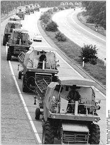DDR - GDR - RDA - East Germany - República Democrática Alemana - เยอรมนีตะวันออก 1972 - DDR: The Autobahn was used to move agricultural machines at ha. Beast From The East, Combine Harvester, Central And Eastern Europe, East Germany, Organic Plants, Harvest Time, Agriculture, Photo Book, Being Used