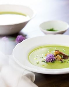 This vibrant spring green pea soup is creamy and light; it's topped with crunchy rye croutons and chive flowers for a beautiful garnish.  | pea soup recipe vegetarian | chive recipe | vegetarian dinner recipes | best soup recipes | #peasoup #pea #soup #green #springsoup #spring #springrecipe #healthy #mealprep #vegetarian Pea Soup Recipe Vegetarian, Vegetarian Cookbook, Vegetarian Recipes Dinner, Dinner Recipes, Best Soup Recipes, Easy Healthy Recipes, Side Recipes, Healthy Meals, Healthy Food