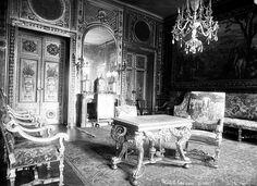 7, quai d'Anjou, à l'hôtel de Lauzun, dit plus tard hôtel Pimodan. - 49) LAMBRIS AU 17°s: Tout est régi par les lois de la symétrie et chaque élément trouve son répondant. A présent tout converge vers un seul homme -le roi et une unique devise -Nec pluribus impars. Au château de Versailles, c'est toute une symbolique autour du soleil qu'il faut voir au travers de l'opulence et de l'ordonnance du décor. Désormais, un fossé se creuse entre le visiteur et le maître des lieux.